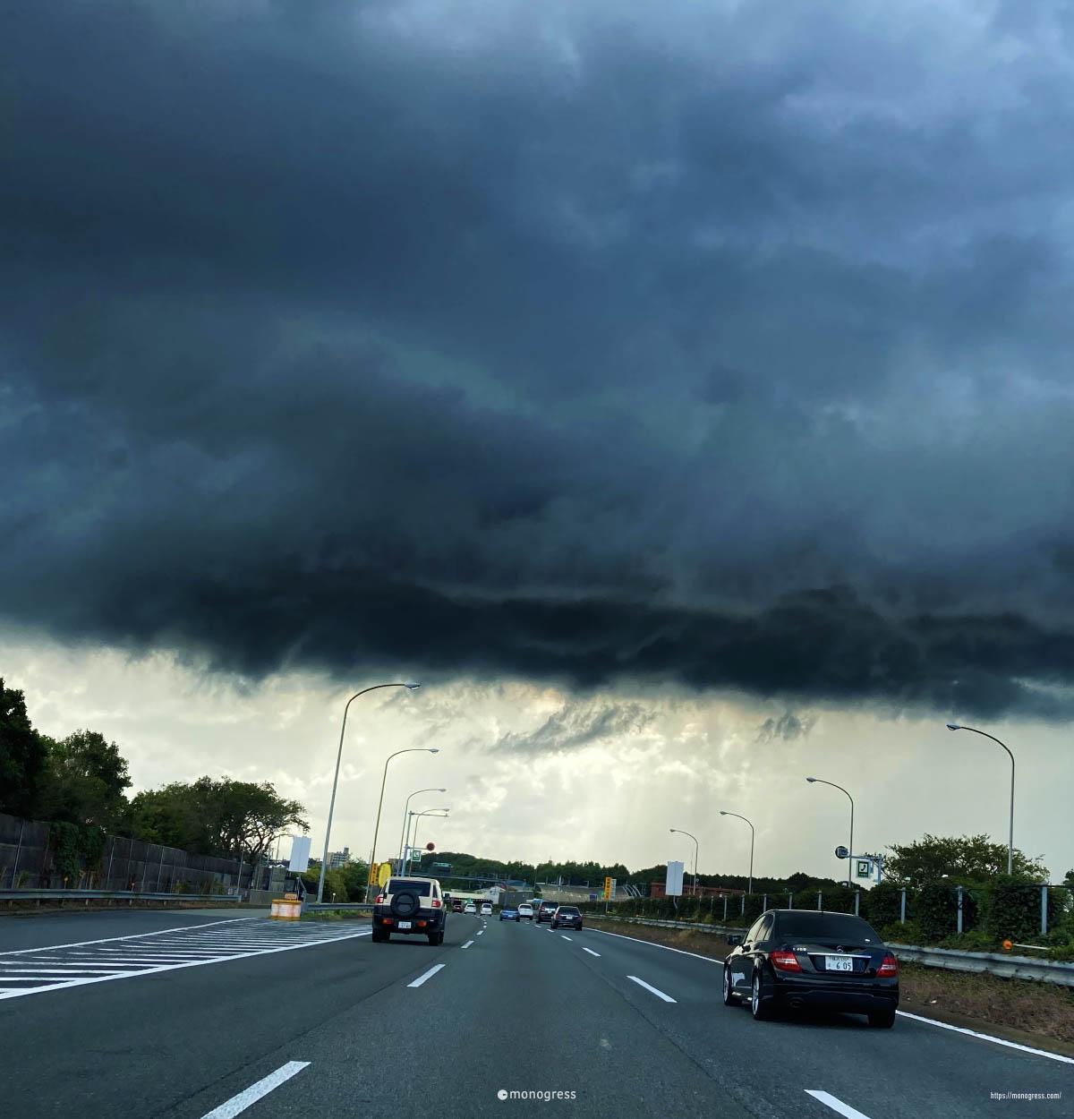 東名高速と黒い雲