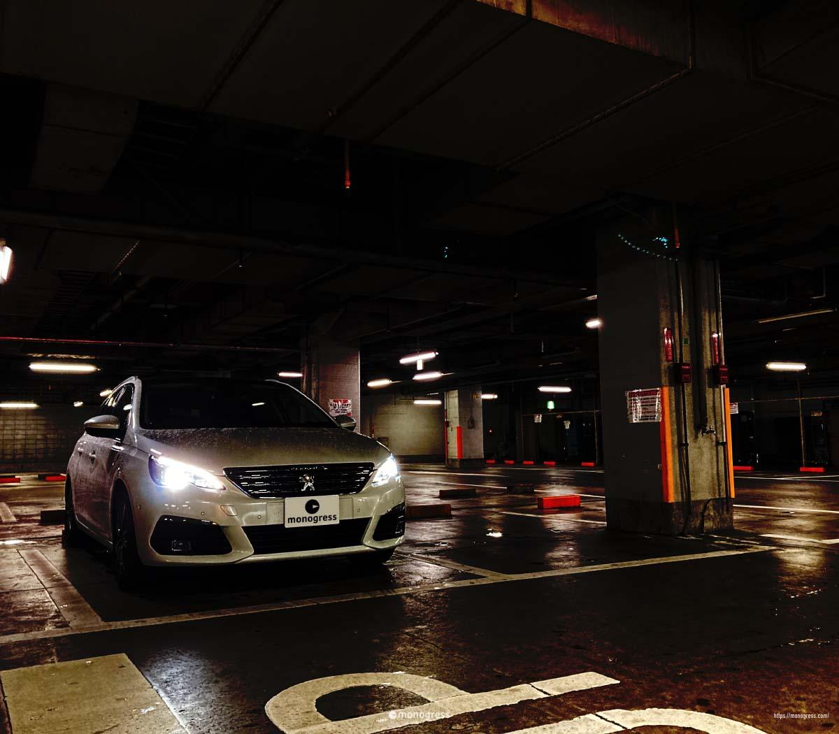 雨の屋内駐車場とPeugeot 308SW