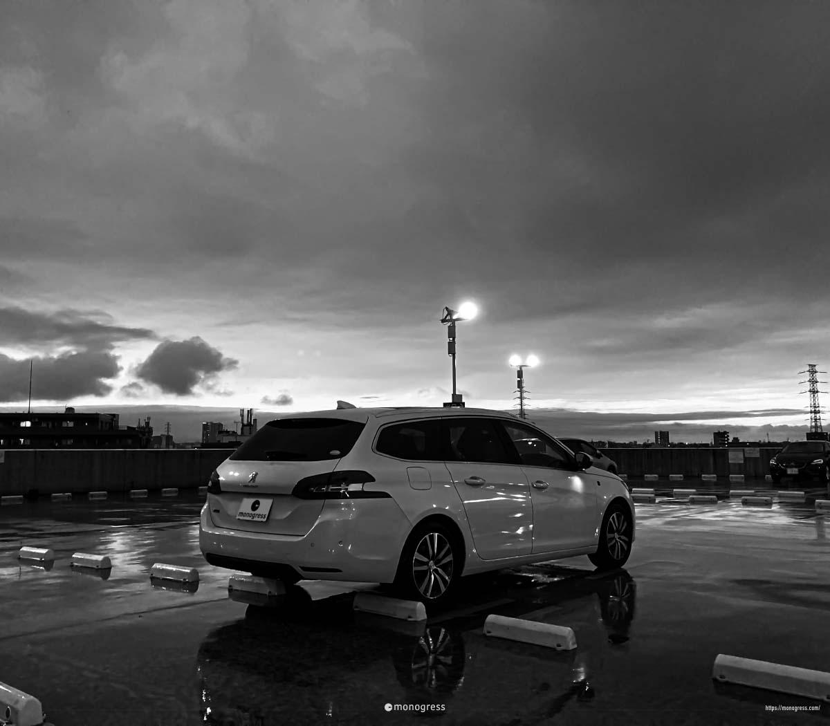 雨の屋外駐車場とPeugeot 308SW