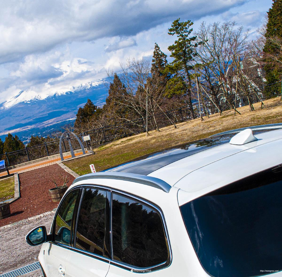 富士山とプジョー308SWのドルフィンアンテナ