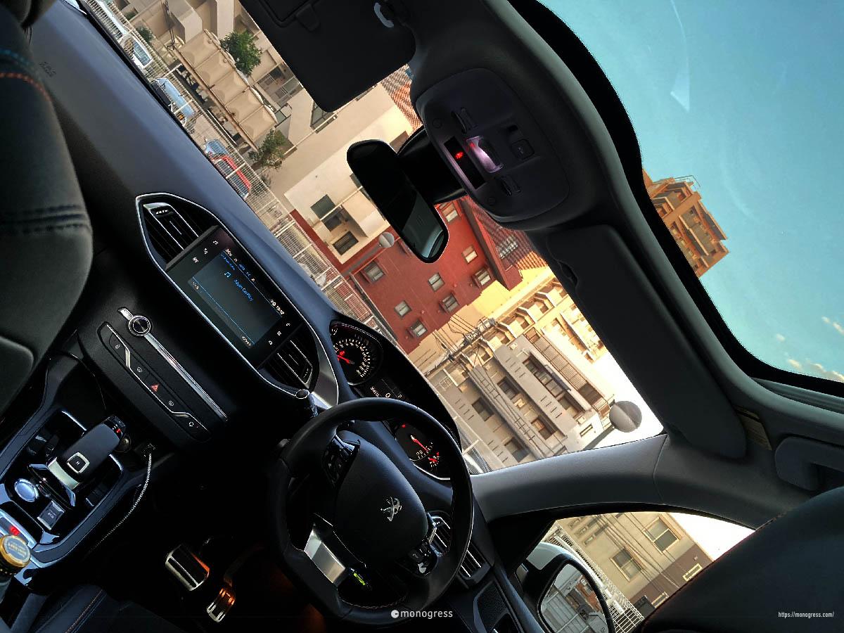 プジョー i-Cockpit + パノラミック・ガラスサンルーフ