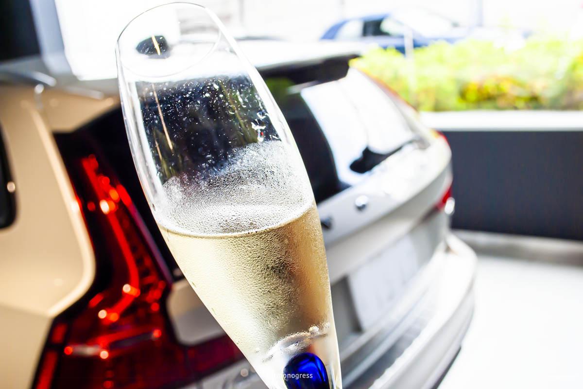スパークリング・ワイン(ノンアルコール)が出されたボルボ納車式